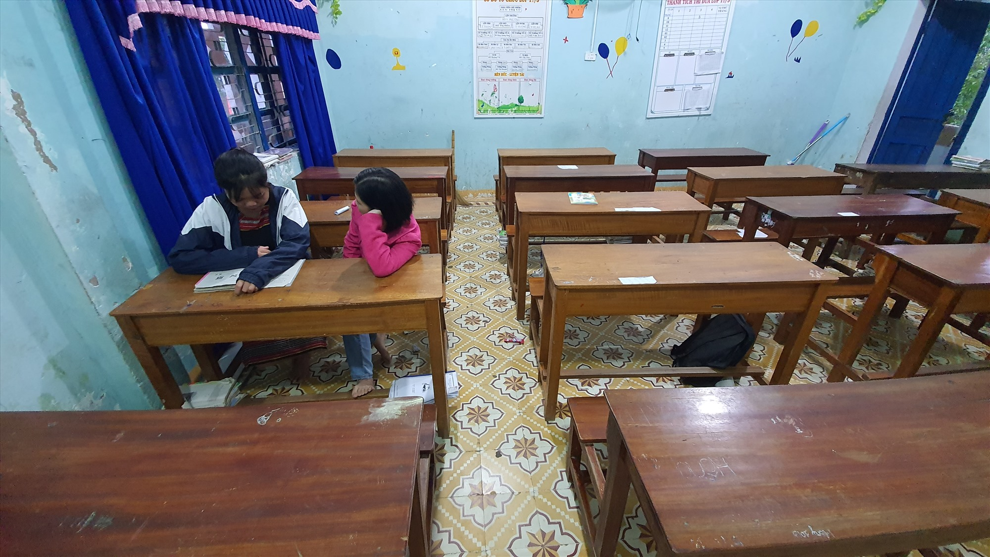 Hai cô trò trong lớp giờ tự học. Mấy hôm nay, cô Ly đưa Sơ về ngủ ở nhà mình. Ảnh: T.C