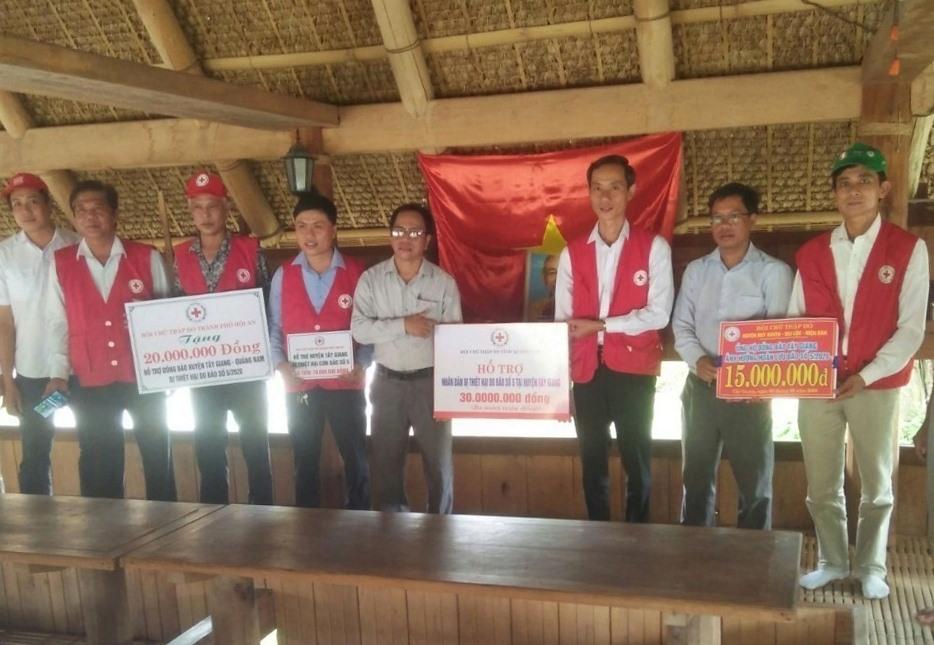 Hội Chữ thập đỏ tỉnh và hội chữ thập đỏ các địa phương hỗ trợ người dân Tây Giang. Ảnh: P.C.R.