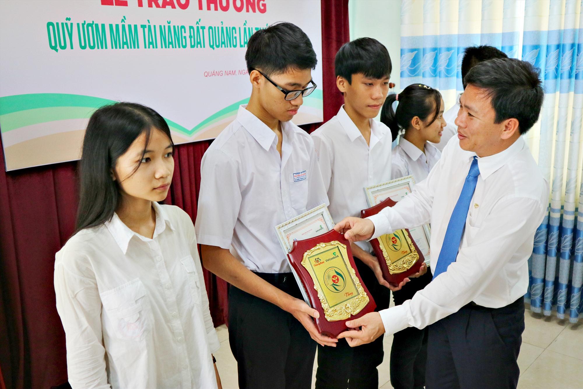 Ông Võ Văn Đức - Giám đốc Vietcombank Quảng Nam, đại diện nhà tài trợ trao tặng thưởng Quỹ ươm mầm tài năng đất Quảng năm 2019. Ảnh: PHƯƠNG THẢO
