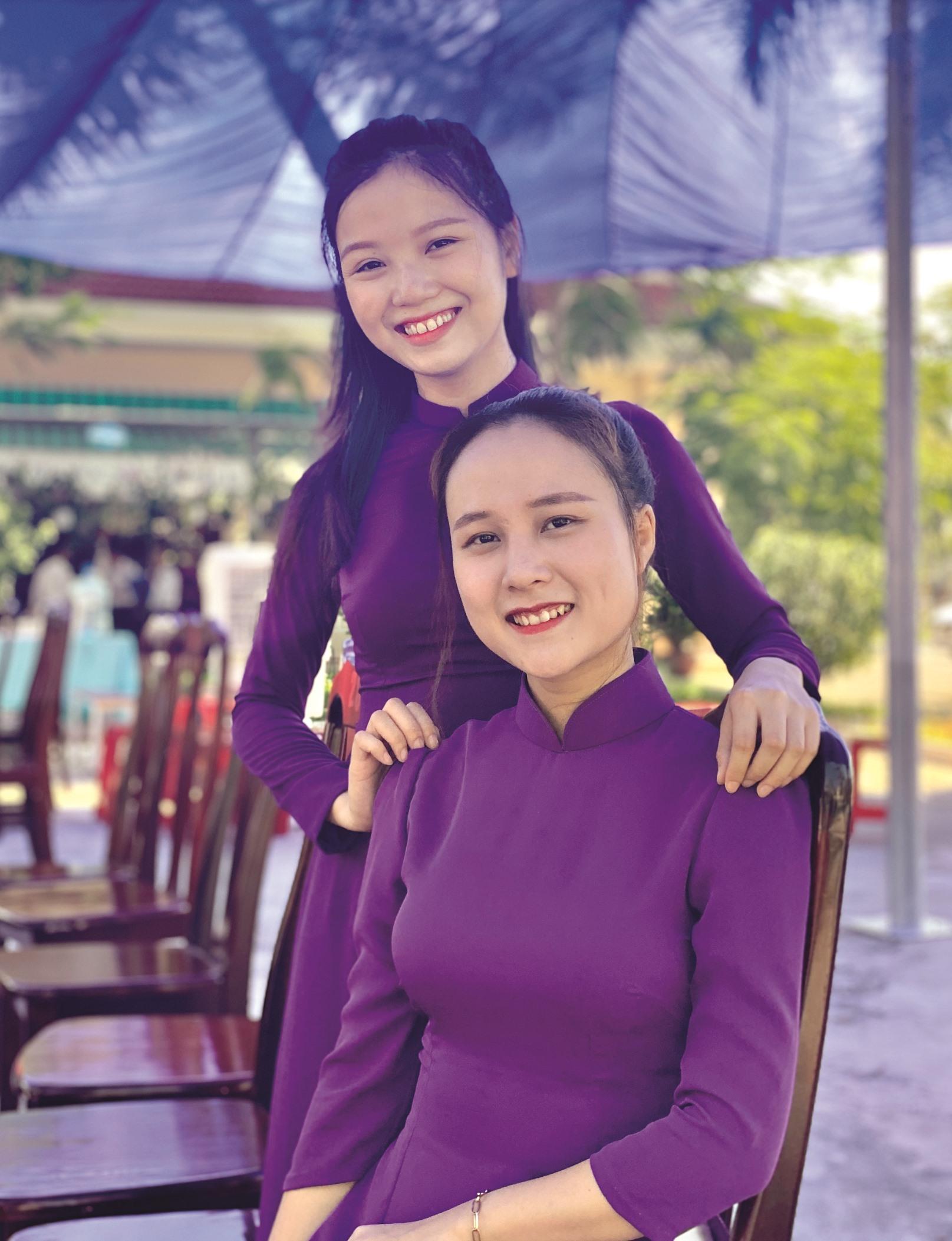 Nguyễn Thị Hoàng Vân (ngồi) và Phùng Huệ Anh sau Lễ khai giảng năm học 2020 - 2021. Ảnh: NVCC