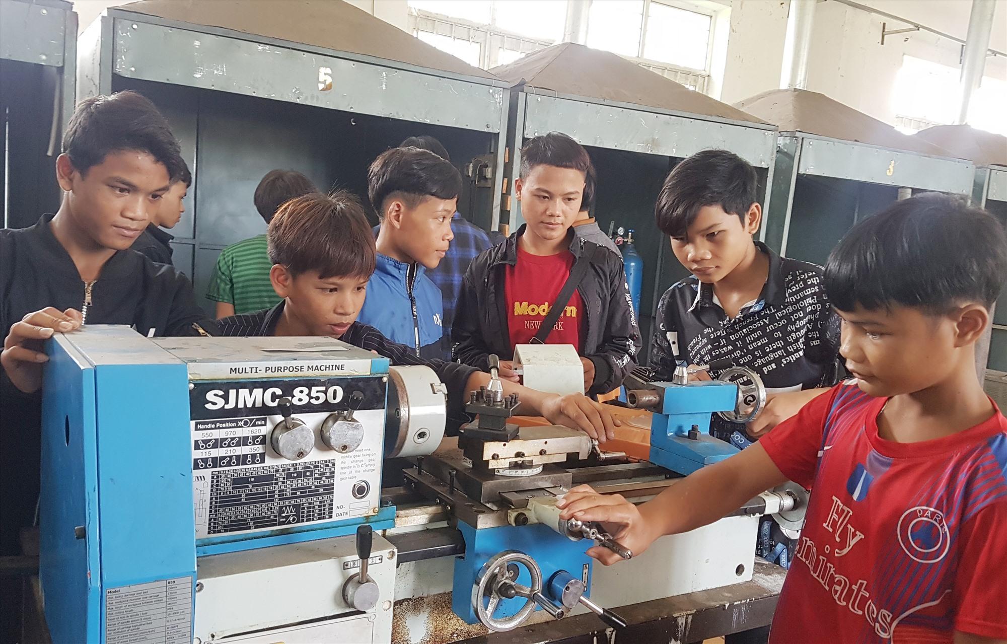Học sinh tại Trường Trung cấp nghề Nam Quảng Nam được học song hành tại trường và tại doanh nghiệp. Ảnh: D.L