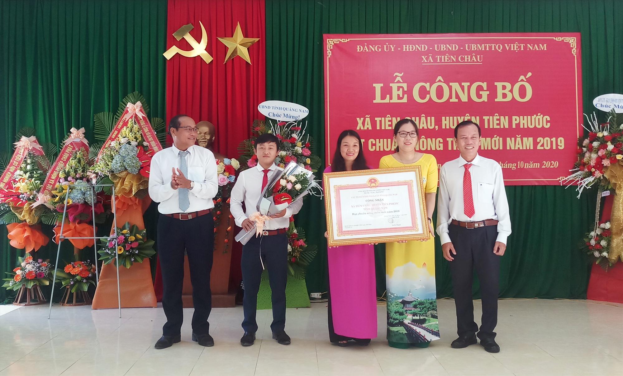 UBND tỉnh trao bằng công nhận xã đạt chuẩn nông thôn mới cho đơn vị xã Tiên Châu.