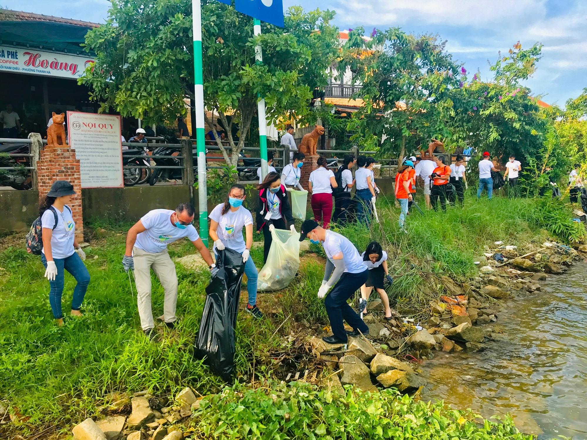 Hoạt động dọn rác, làm sạch môi trường cho điểm đến làng gốm Thanh Hà (Hội An). Ảnh: T.L