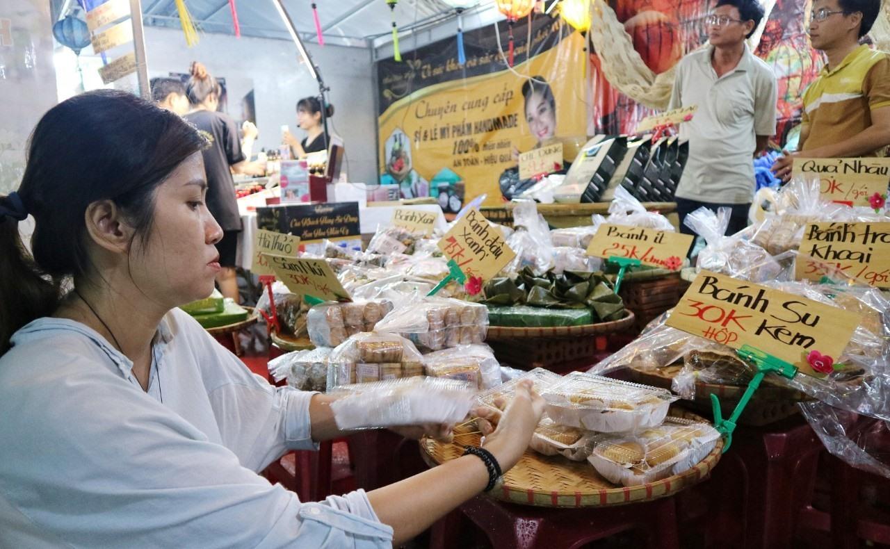 Các loại bánh đặc sản của Hội An cũng được mang đến hội chợ. Ảnh: X.H
