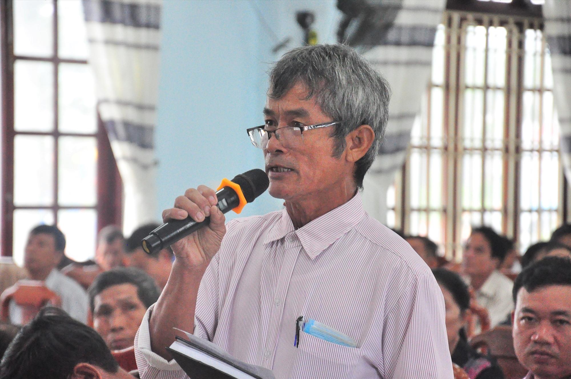Cử tri xã Tam Dân, huyện Phú Ninh phát biểu tại buổi tiếp xúc cử tri. Ảnh: VINH ANH