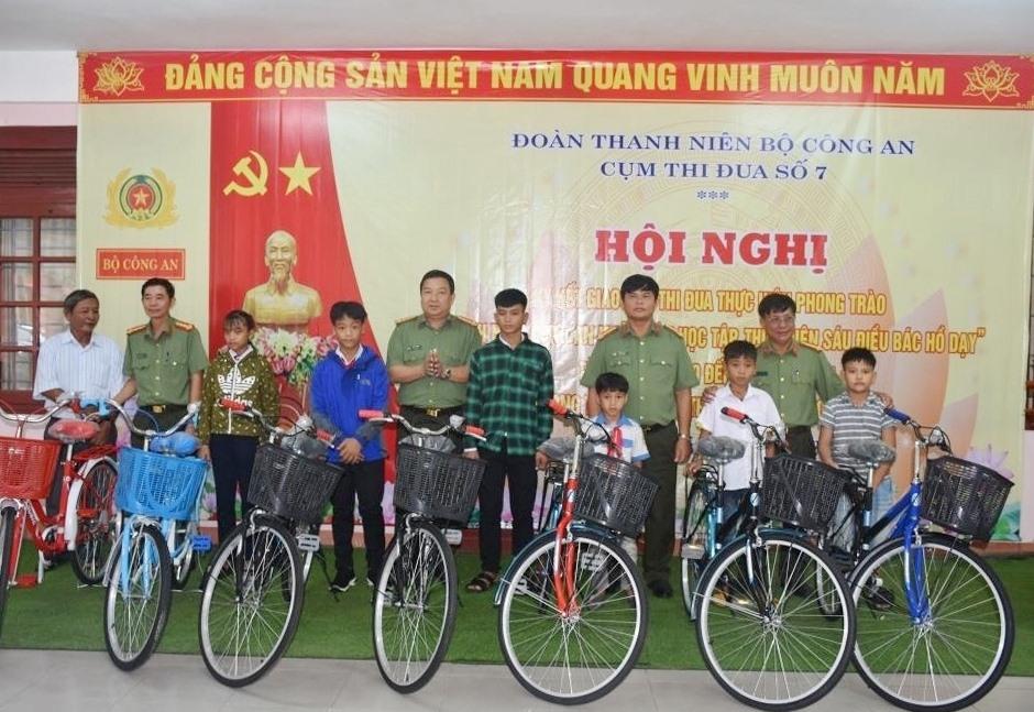 Tặng 7 xe đạp cho các học sinh có hoàn cảnh khó khăn tại Bắc Trà My. Ảnh: M.T