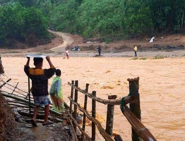 Nước lũ đang tiếp tục dâng cao gây cô lập cục bộ tại một số điểm dân cư huyện Tây Giang. Ảnh: Đ.N