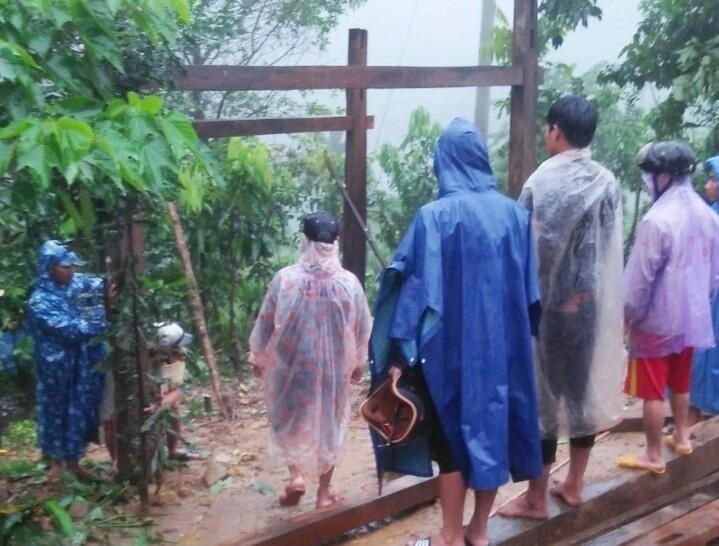 hính quyền xã Trà Vân, huyện Nam Trà My tổ chức di dời nhà bị sạt lở. Ảnh: H.A