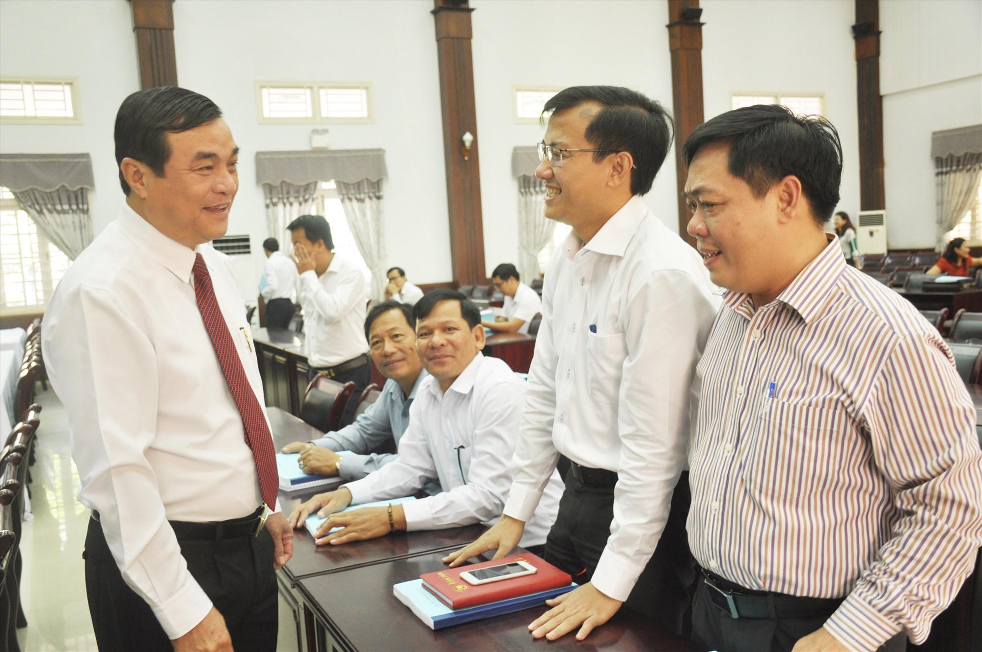 Bí thư Tỉnh ủy Phan Việt Cường trao đổi với các cán bộ cơ sở tham gia lớp bồi dưỡng cán bộ quy hoạch Ban Chấp hành Đảng bộ tỉnh nhiệm kỳ 2020 - 2025. Ảnh: N.Đ