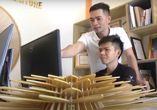 In 2018, Linh's wooden lamps began to go abroad. In 2019, Vo Khac Linh was honoured as one of 72 excellent young start-ups by the Vietnam Young Entrepreneurs Association.