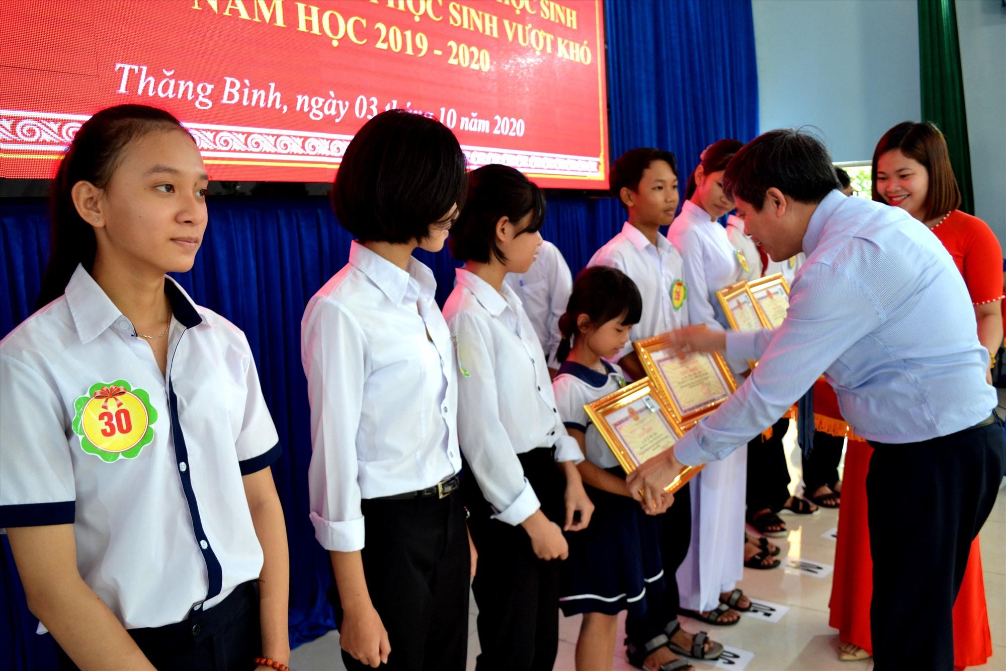 Ông Võ Văn Hùng - Chủ tịch UBND huyện Thăng Bình biểu dương, khen thưởng học sinh đoạt giải tại các cuộc thi cấp quốc gia, tỉnh, huyện trong năm học 2019 - 2020. Ảnh: VIỆT NGUYỄN