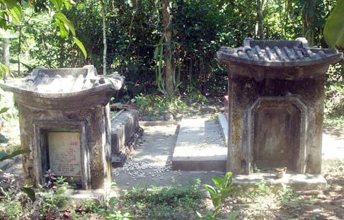 Mộ bà Nguyễn Thị Sắt (phải) và mộ cụ bà thân sinh ở Tiên Cảnh.