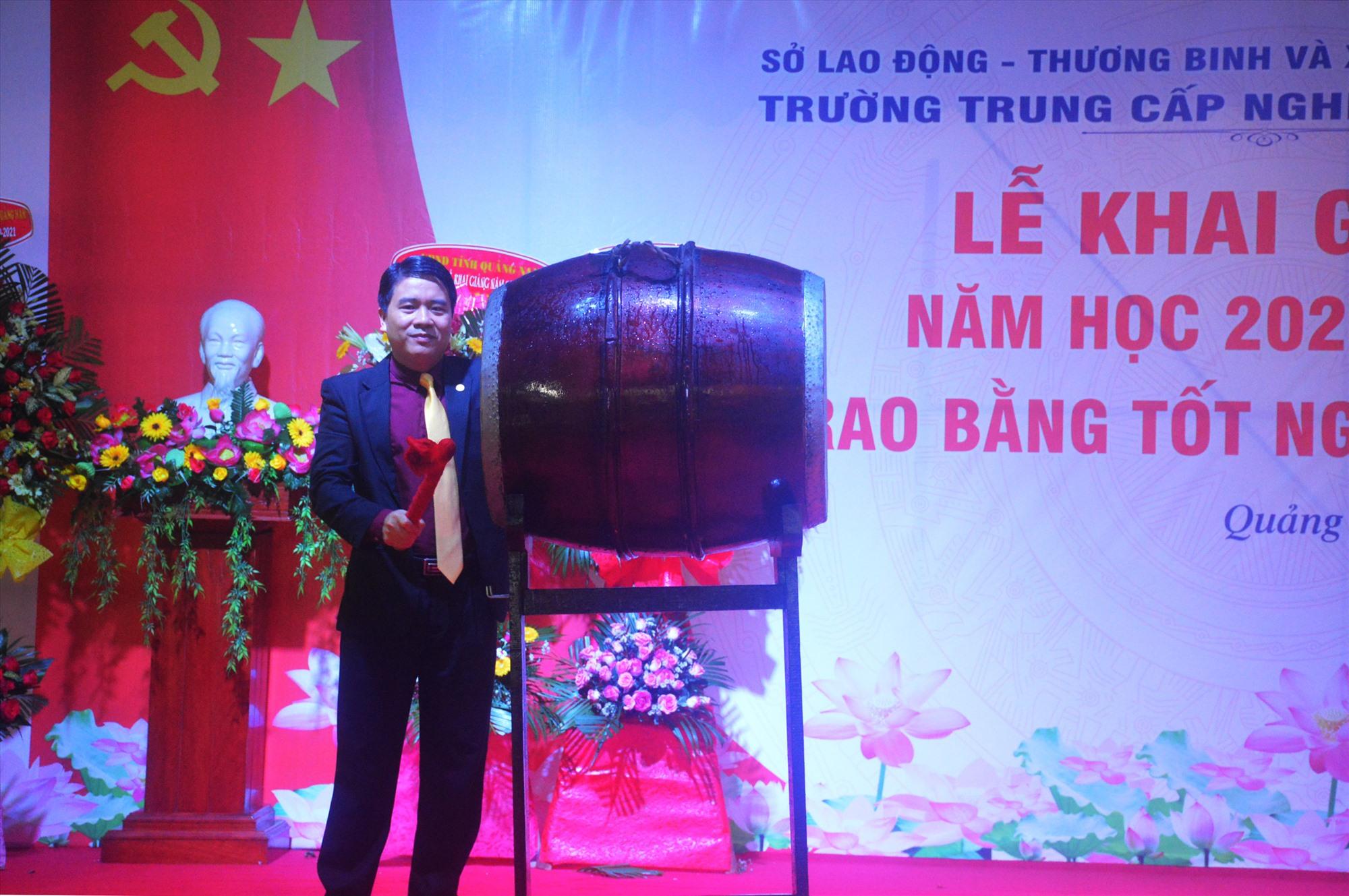 Phó Chủ tịch UBND tỉnh Trần Văn Tân đánh trống khai giảng năm học mới. Ảnh: Q.T