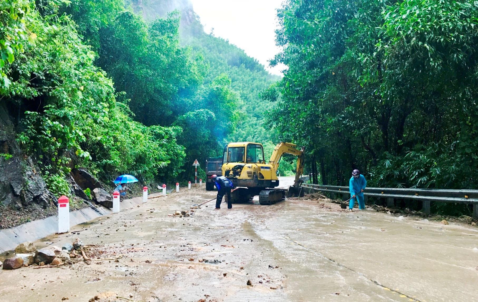 Kịp thời khắc phục sự cố sạt lở đất, đảm bảo giao thông tại Quốc lộ 14H đoạn qua thôn Trung An (xã Quế Trung).