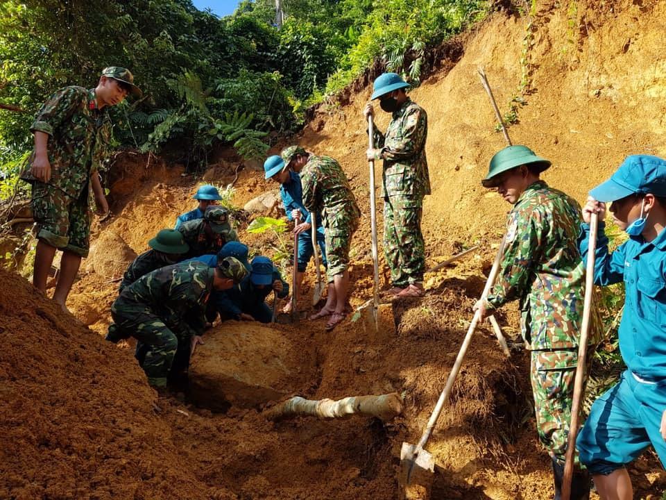Đồn Biên phòng Ga Ry cùng các lực lượng giúp dân thông tuyến đi lại do mưa lũ sạt lỡ. Ảnh : HỒNG ANH
