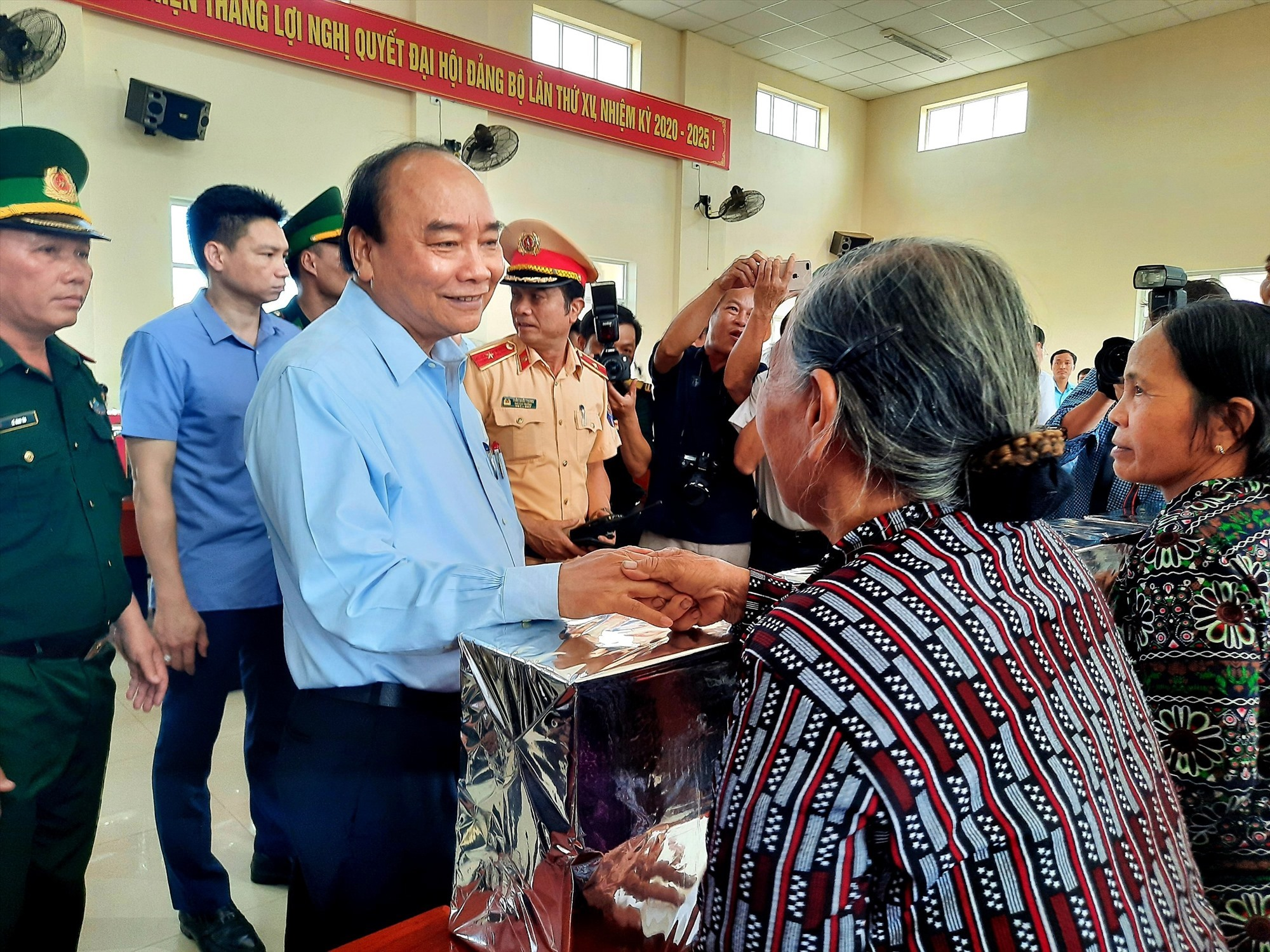 Thủ tướng Nguyễn Xuân Phúc đến thăm, động viên nhân dân xã Tam Quang bị thiệt hại do bão số 9