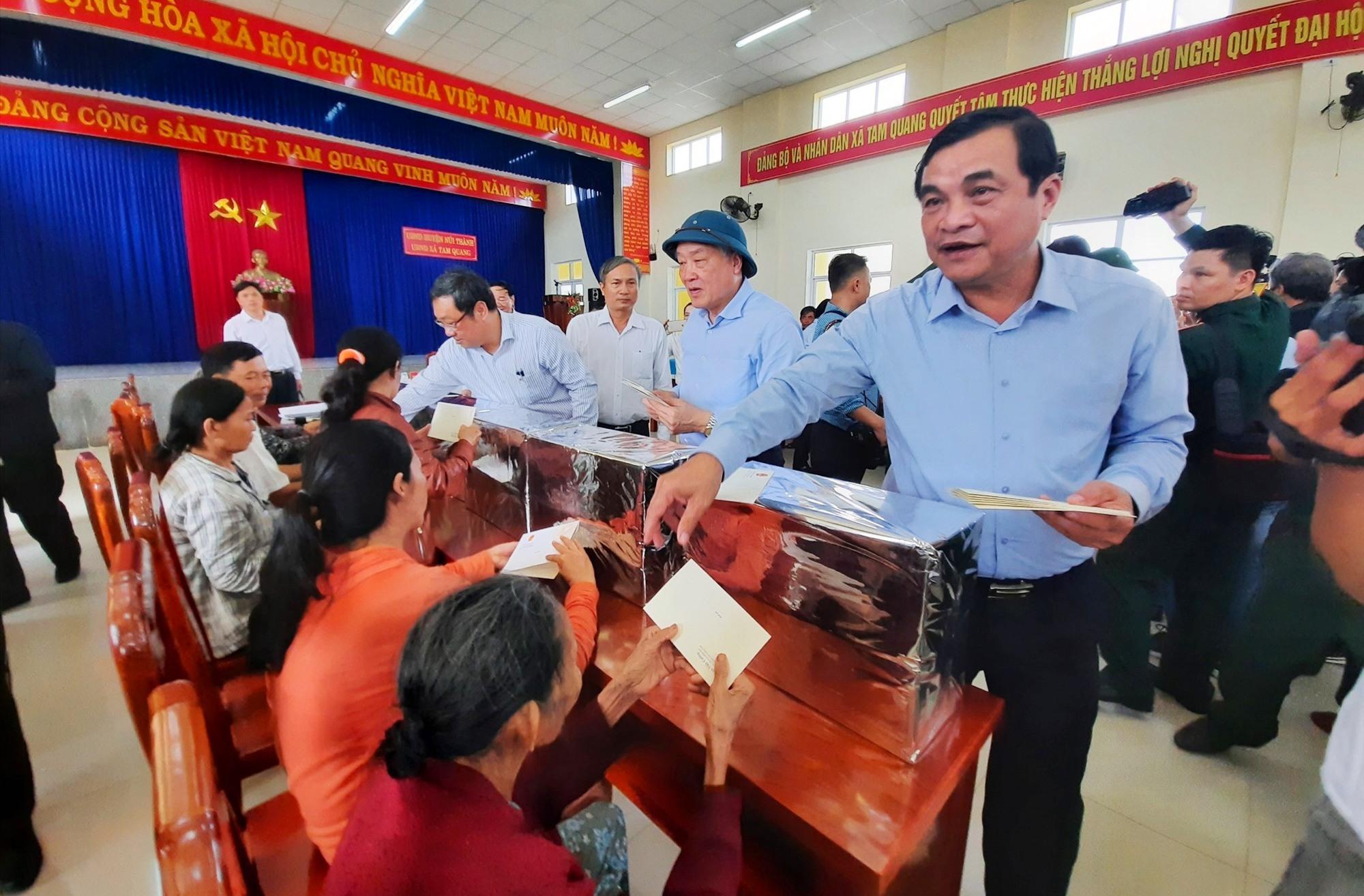 Đồng chí Phan Việt Cường - Bí thư Tỉnh ủy gửi quà của Thủ tướng đến người dân. Ảnh: Đ.N