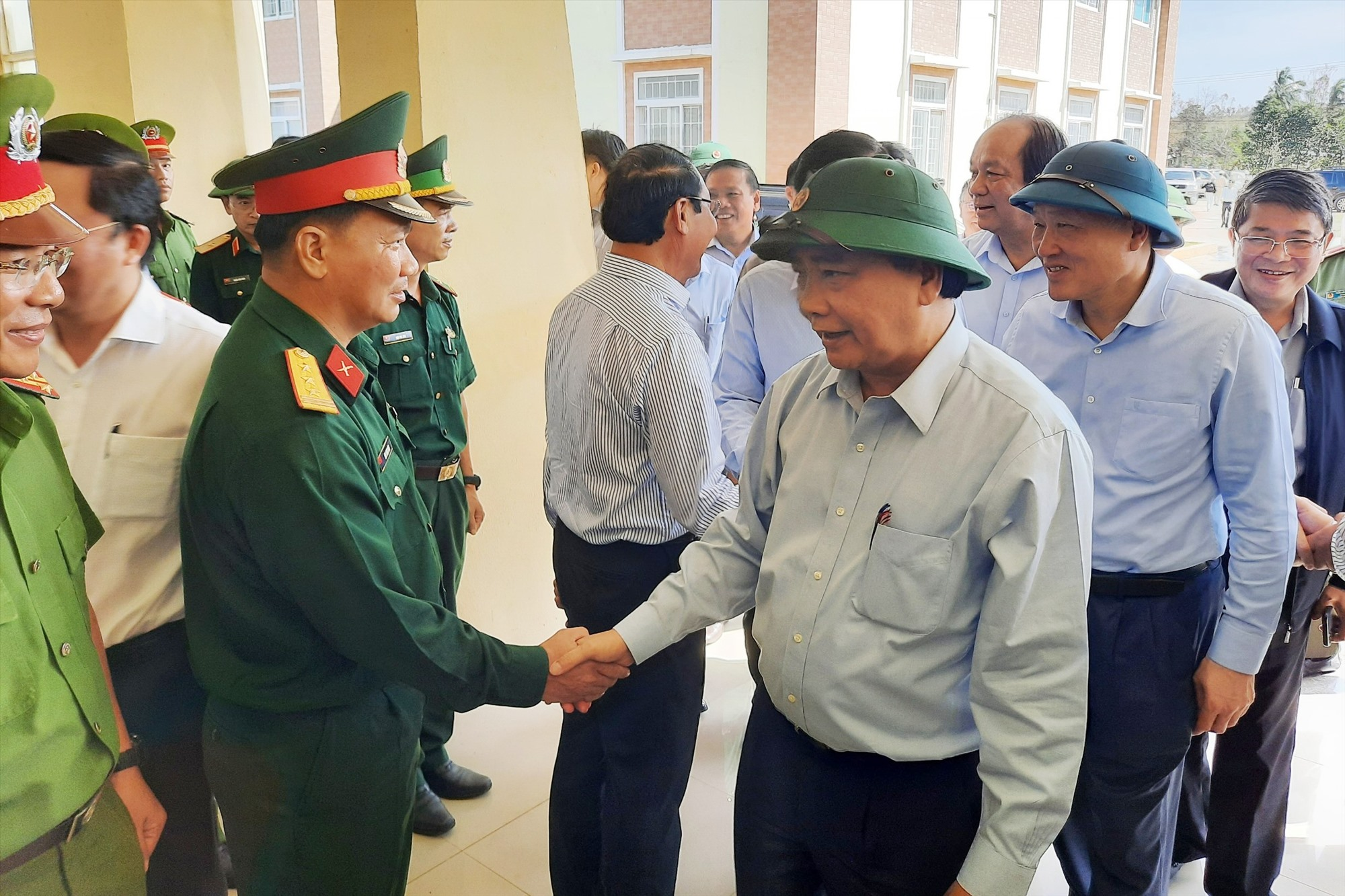 Thủ tướng Chính phủ Nguyễn Xuân Phúc động viên cán bộ địa phương. Ảnh: Đ.N