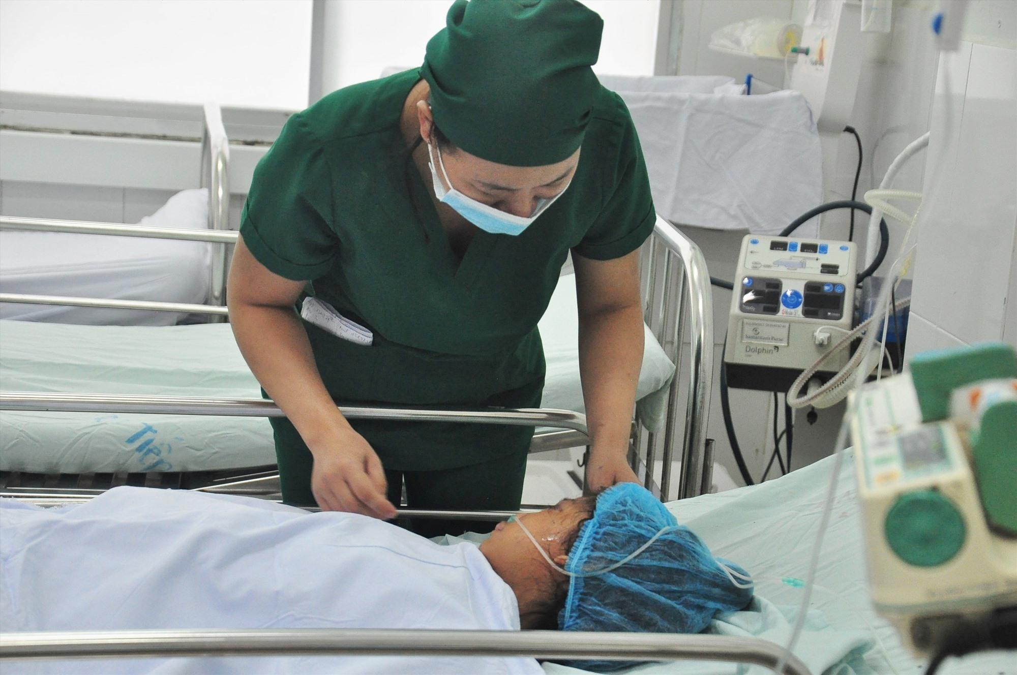 Một trong những trẻ em may mắn thoát chết sau sạt lở núi ở Nam Trà My đang điều trị tại Bệnh viện Đa khoa Quảng Nam. Ảnh: V.A