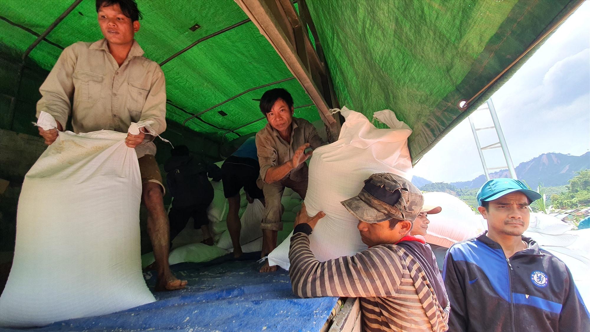 Đường sá được giải phóng, xe chở gạo tiếp tế vào được đến đầu cầu treo Luông B xã Phước Kim. Ảnh: T.C