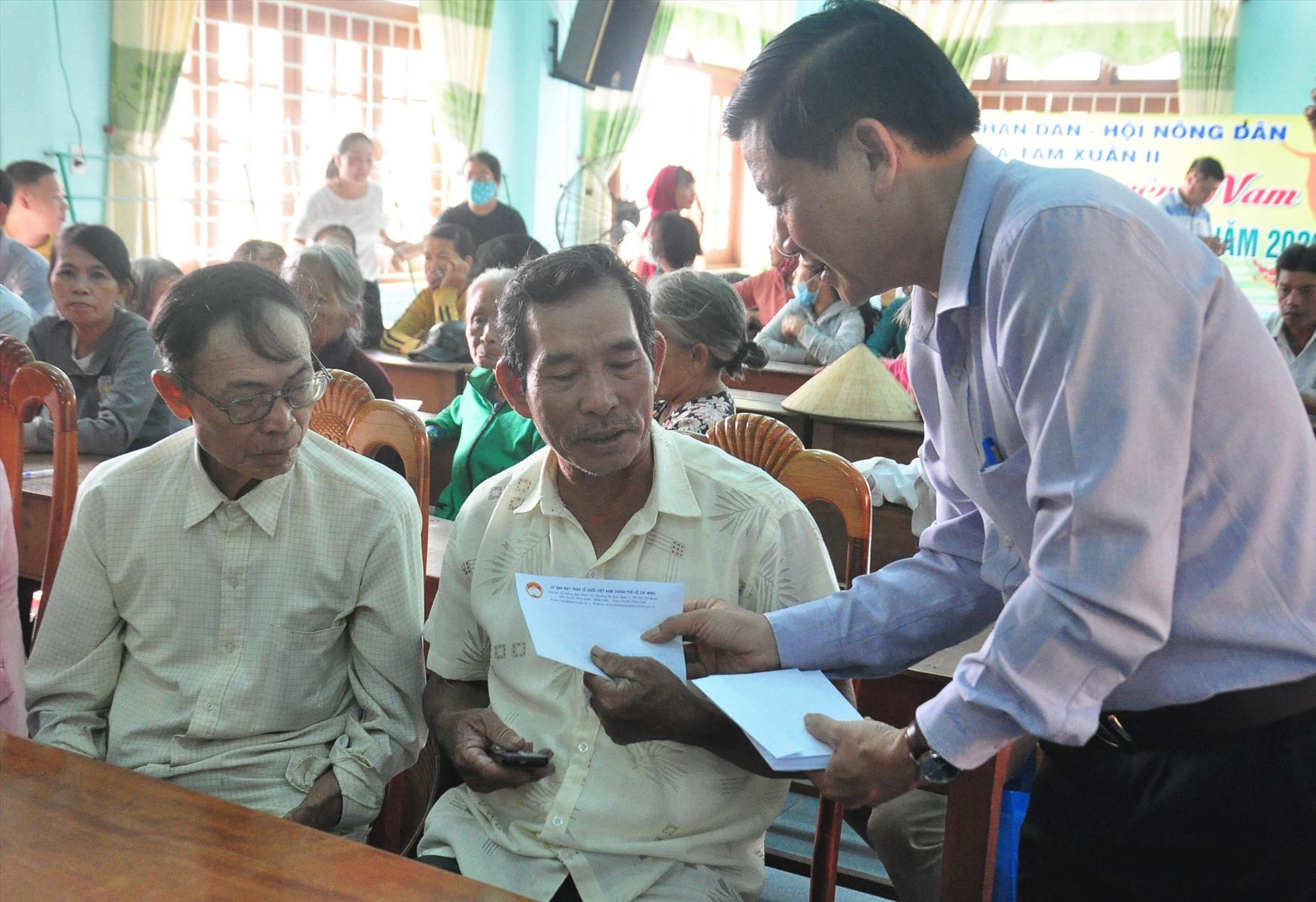 Phó Chủ tịch Ủy ban MTTQ Việt Nam tỉnh Lê Thái Bình tặng quà cho người dân bị thiệt hại do bão lũ. Ảnh: VINH ANH