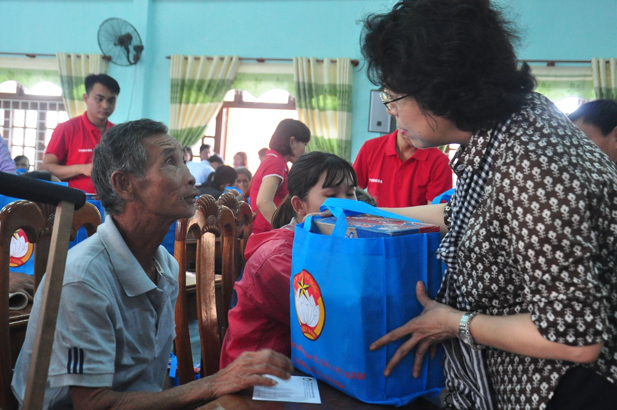 Bà Tô Thị Bích Châu - Chủ tịch Ủy ban MTTQ Việt Nam TP.Hồ Chí Minh tặng quà, hỏi thăm hoàn cảnh gia đình mộ người dân Núi Thành. Ảnh: VINH ANH