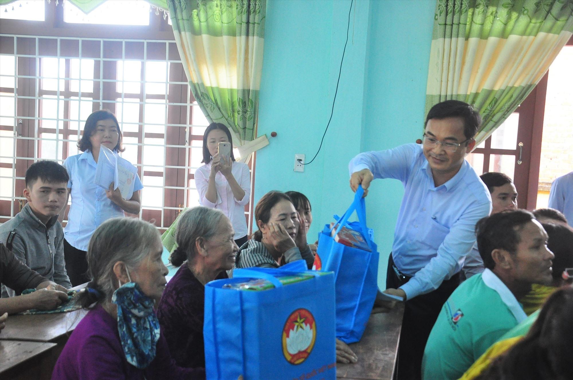 Phó Chủ tịch Thường trực Ủy ban MTTQ Việt Nam tỉnh Nguyễn Phi Hùng tặng quà cho bà con. Ảnh: VINH ANH