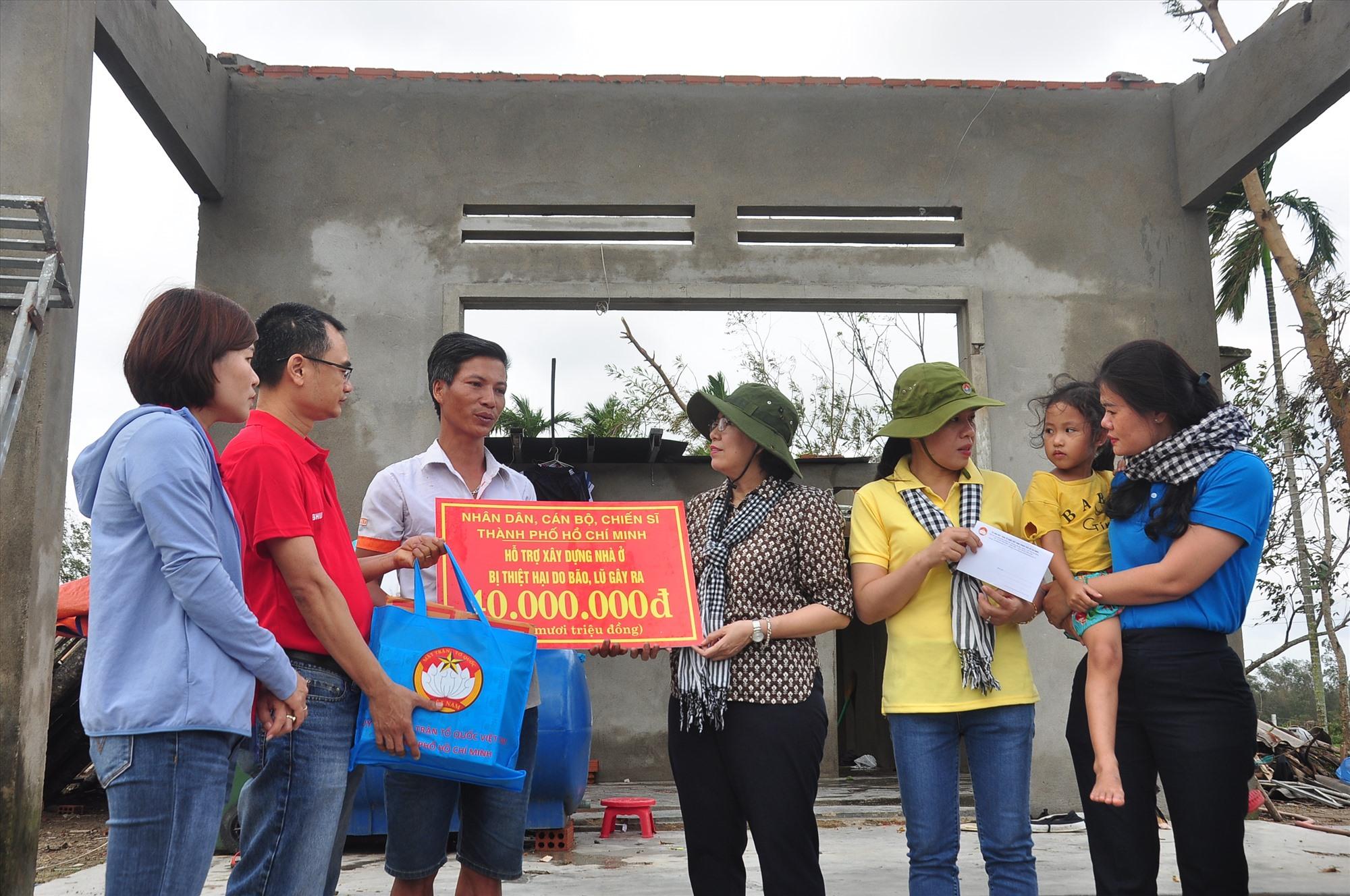 Đoàn đến thăm, trao kinh phí hỗ trợ xây dựng lại nhà ở cho một gia đình tại xã Tam Xuân 2. Ảnh: VINH ANH