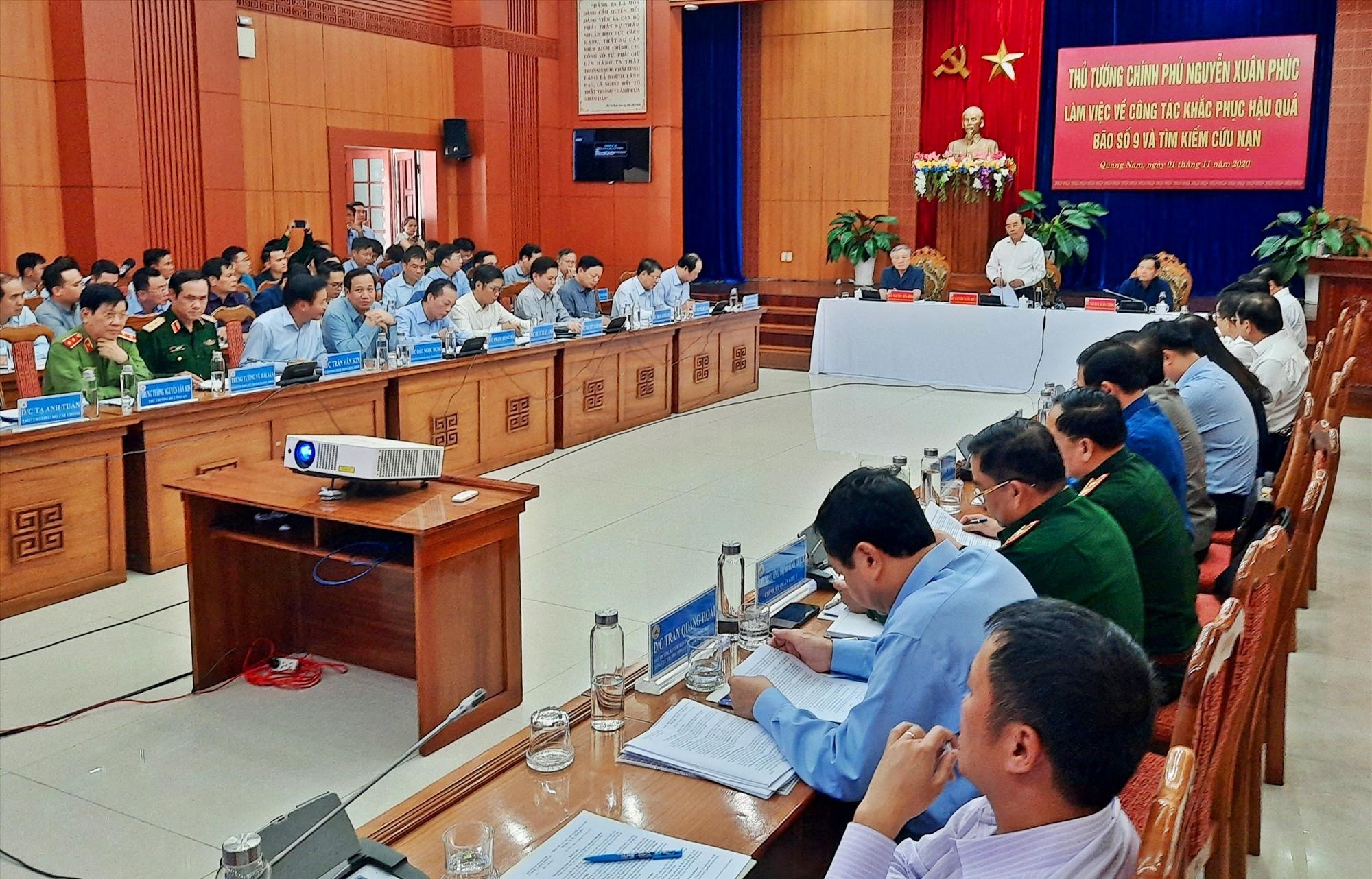 Thủ tướng yêu cầu cuộc họp sẽ tập trung bàn giải pháp hỗ trợ miền Trung khắc phục hậu quả thiên tai. Ảnh: Đ.N
