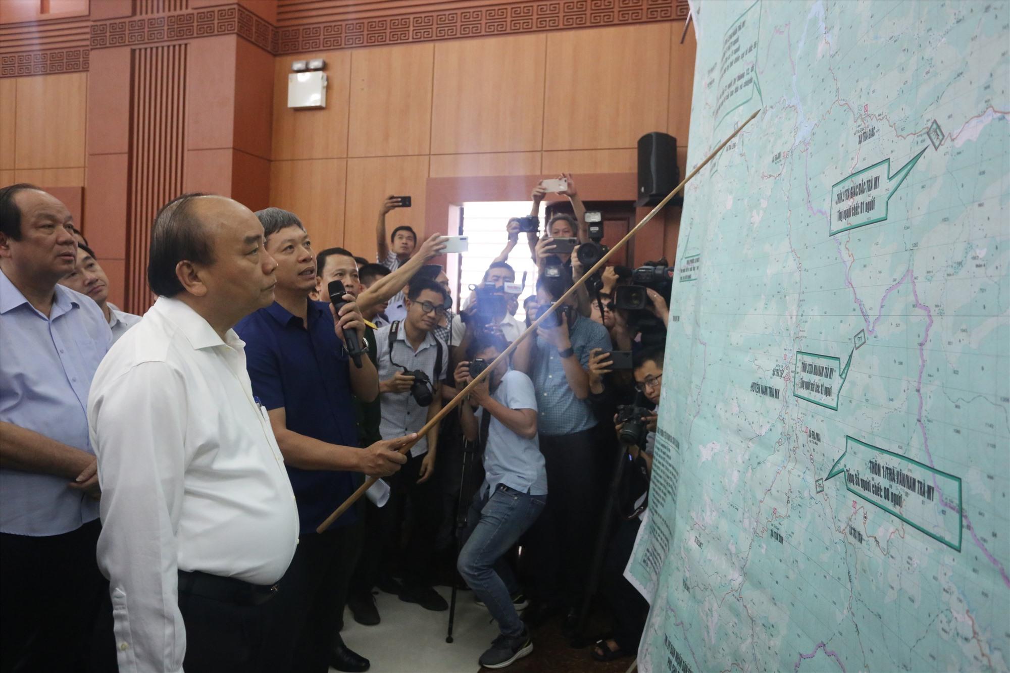 Phó Chủ tịch UBND tỉnh Hồ Quang Bửu báo cáo Thủ tướng về tình hình tìm kiếm các nạn nhân mất tích.
