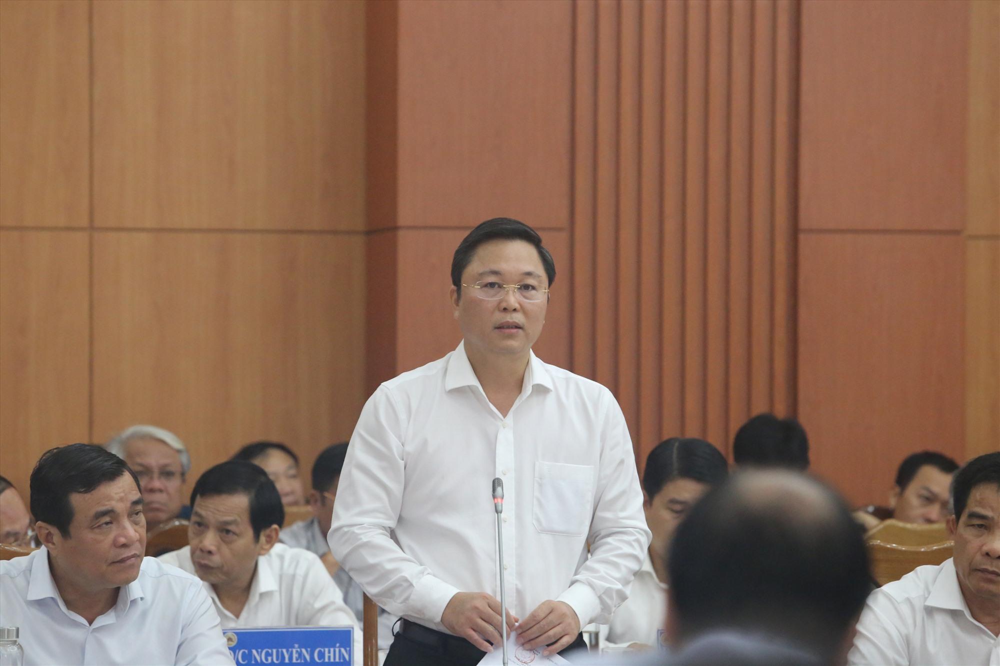 Chủ tịch UBND tỉnh Lê Trí Thanh báo cáo về công tác phòng chống, khắc phục bão số 9 trên địa bàn tỉnh.