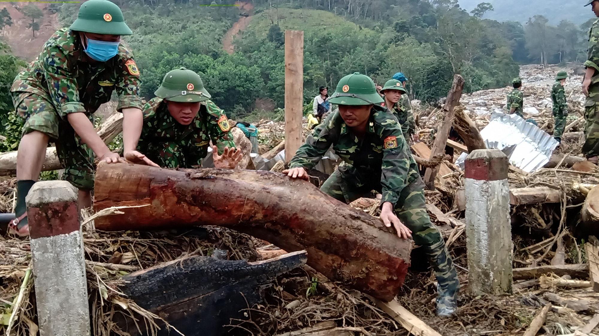 Các lực lượng tìm kiếm người mất tích ở xã Phước Lộc. Ảnh: B.P
