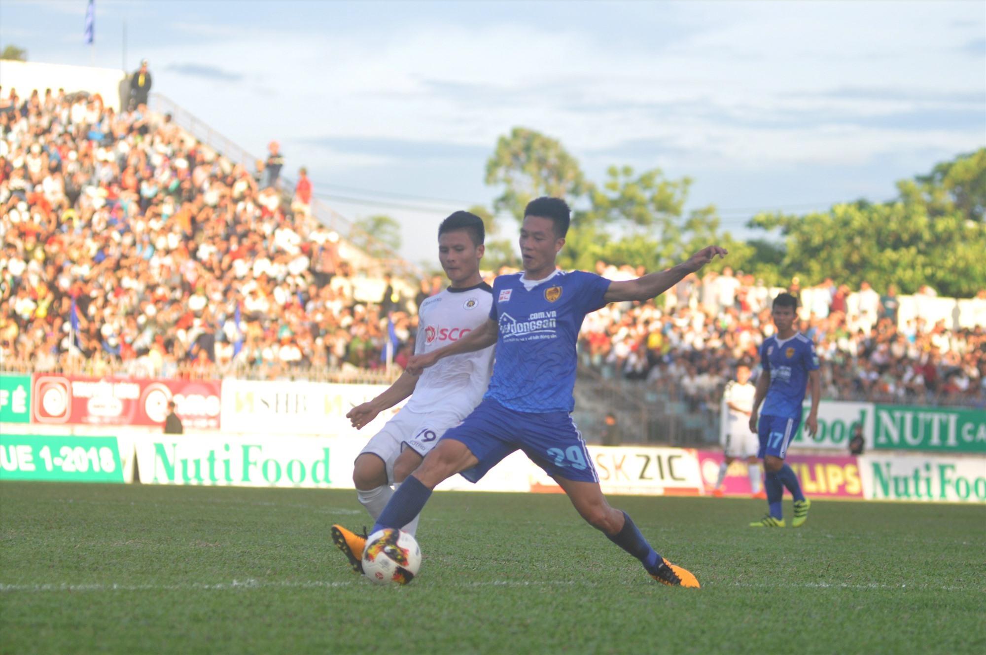 Khán giả sân Tam Kỳ sẽ rất nhớ Huy Hùng với những đóng góp của anh cho đội bóng. Ảnh: A.N