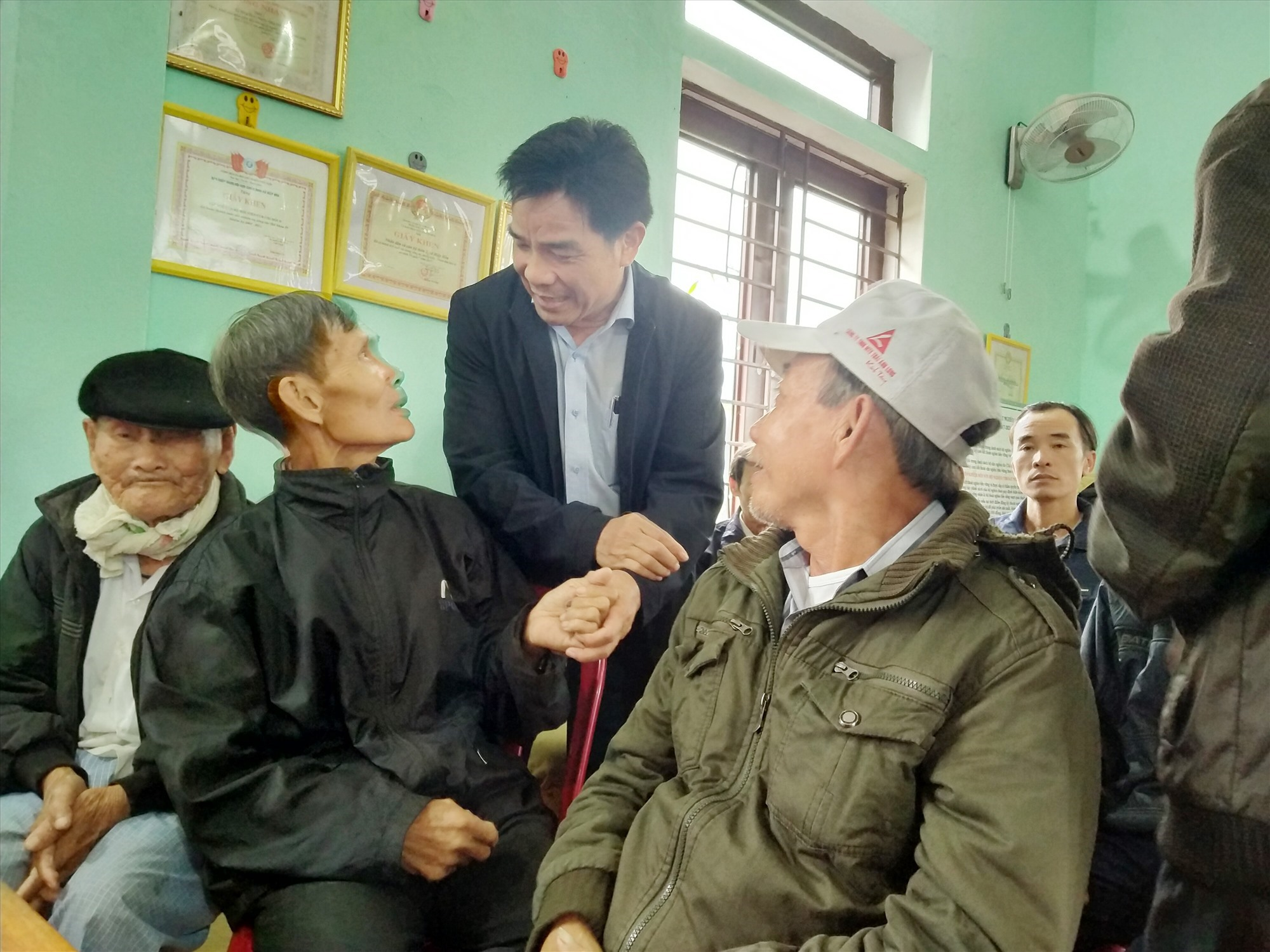 Phó Bí thư Thường trực Tỉnh ủy Lê Văn Dũng thăm hỏi người dân khu dân cư Trà Linh Tây. Ảnh: N.Đ