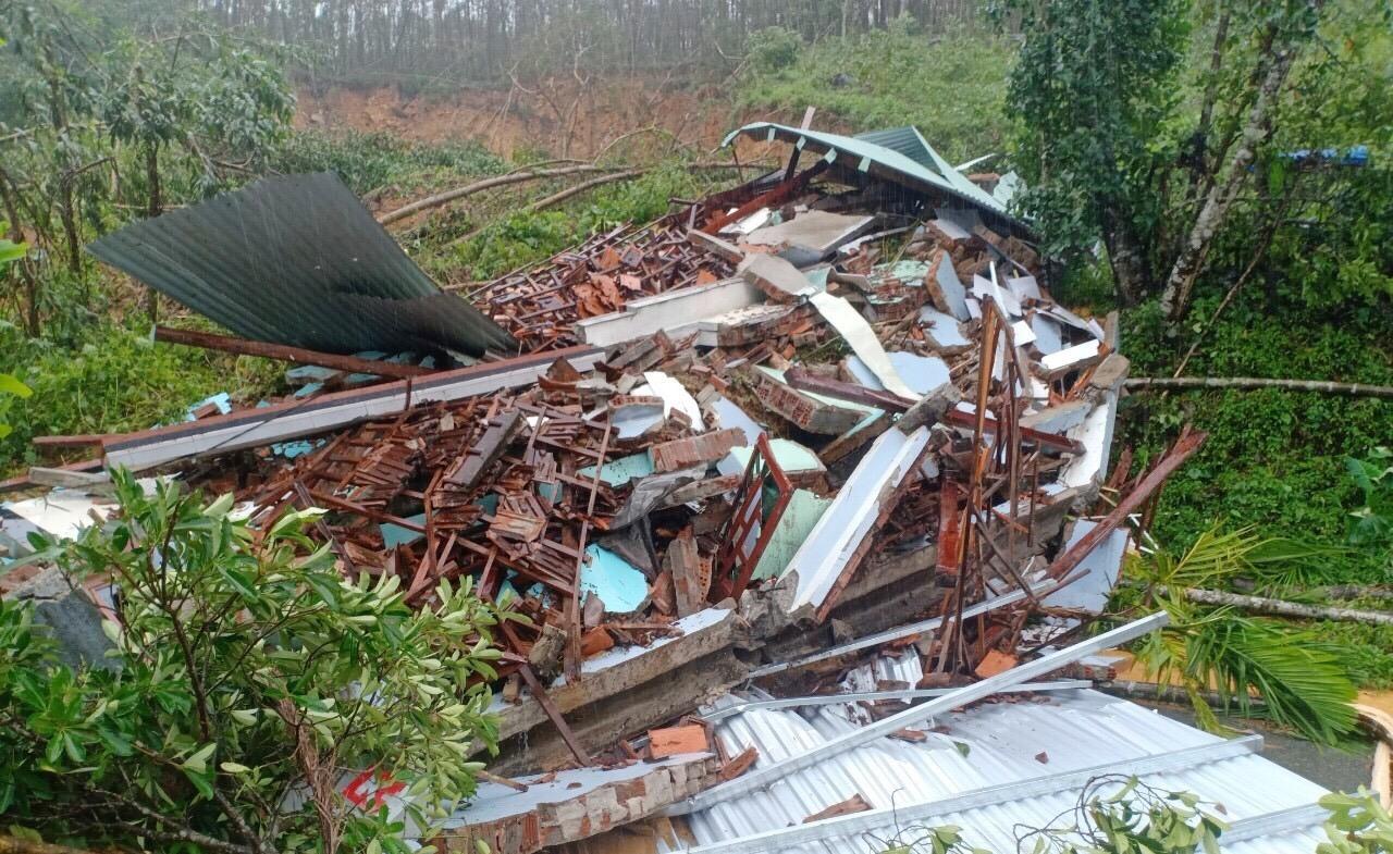 Sạt lở núi làm đổ sập hoàn toàn ngôi nhà, khiến 1 phụ nữ tử vong. Ảnh: CTV