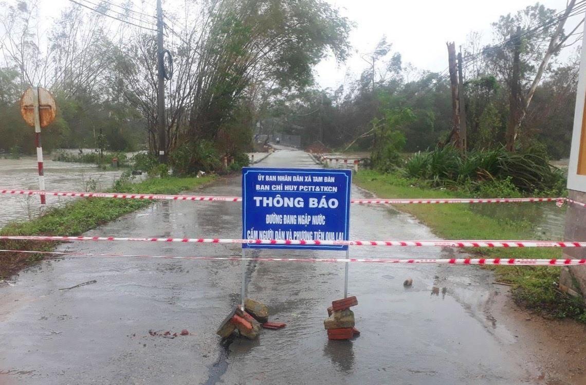 Khu vực cầu Tây Yên (xã Tam Đàn) bị ngập nước, chính quyền rào cảnh báo nguy hiểm. Ảnh: HẢI CHÂU