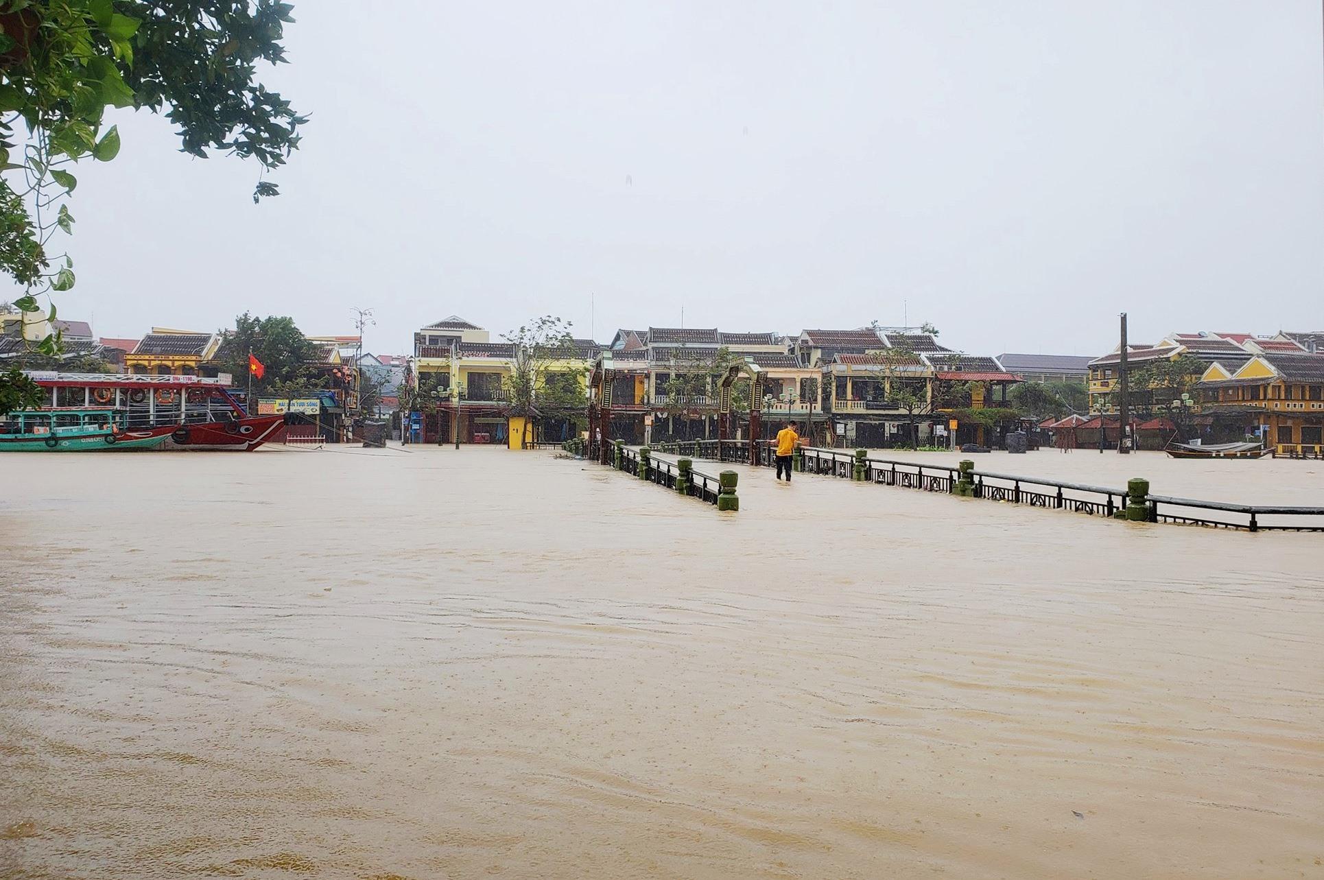 Nhiều tuyến đường gần sông Hoài (TP.Hội An) ngập sâu. Ảnh: H.A