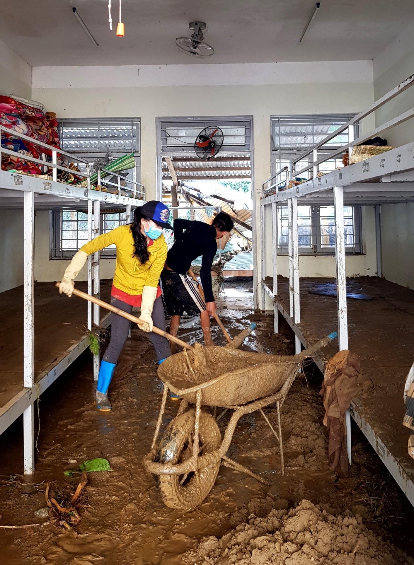 Những lớp bùn đặc quánh bám trong phòng ở nội trú được thầy cô đung xẻng để xúc. Ảnh: PHI YẾN