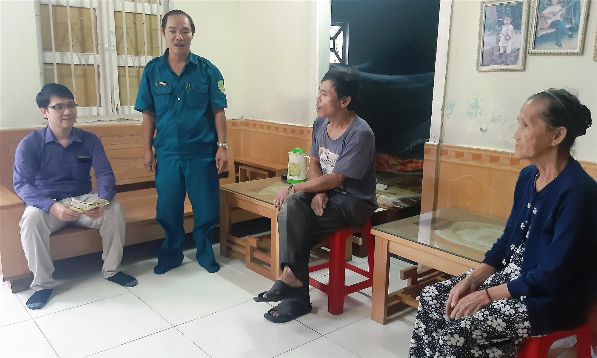 Cán bộ tư pháp và Ban CHQS phường An Sơn tuyên truyền Luật Nghĩa vụ quân sự cho gia đình thanh niên trong độ tuổi.