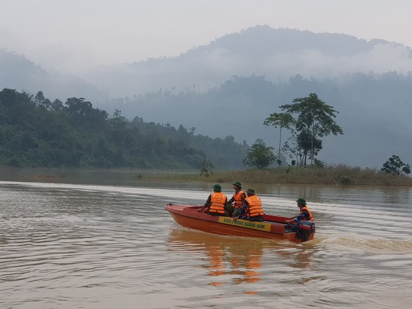 Looking for landside-missing victims in Tra Leng commune, Nam Tra My district.