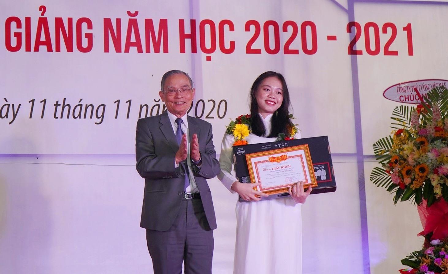 NGƯT Lê Công Cơ trao tặng suất học bổng toàn phần và máy tinh cho Thủ khoa đầu vào khóa 26 Nguyễn Thị Khánh Chi. Ảnh XL