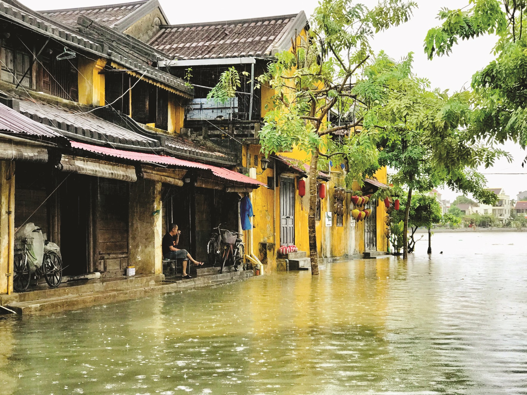 Nước lũ ngâm khiến nhiều di tích nhà cổ đối mặt với nguy cơ xuống cấp. Ảnh: H.S