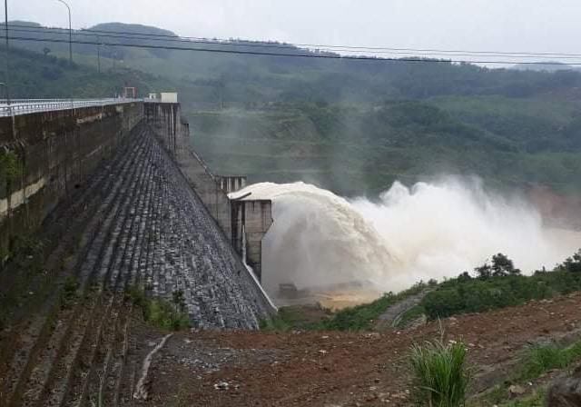 Nhà máy thủy điện Sông Tranh 2 xả lũ.