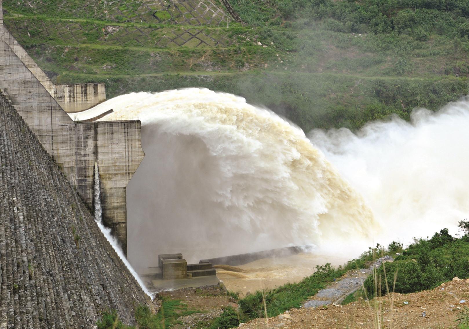 Thủy điện Sông Tranh 2 xả lũ.Ảnh: HUỲNH TRƯƠNG PHÁT
