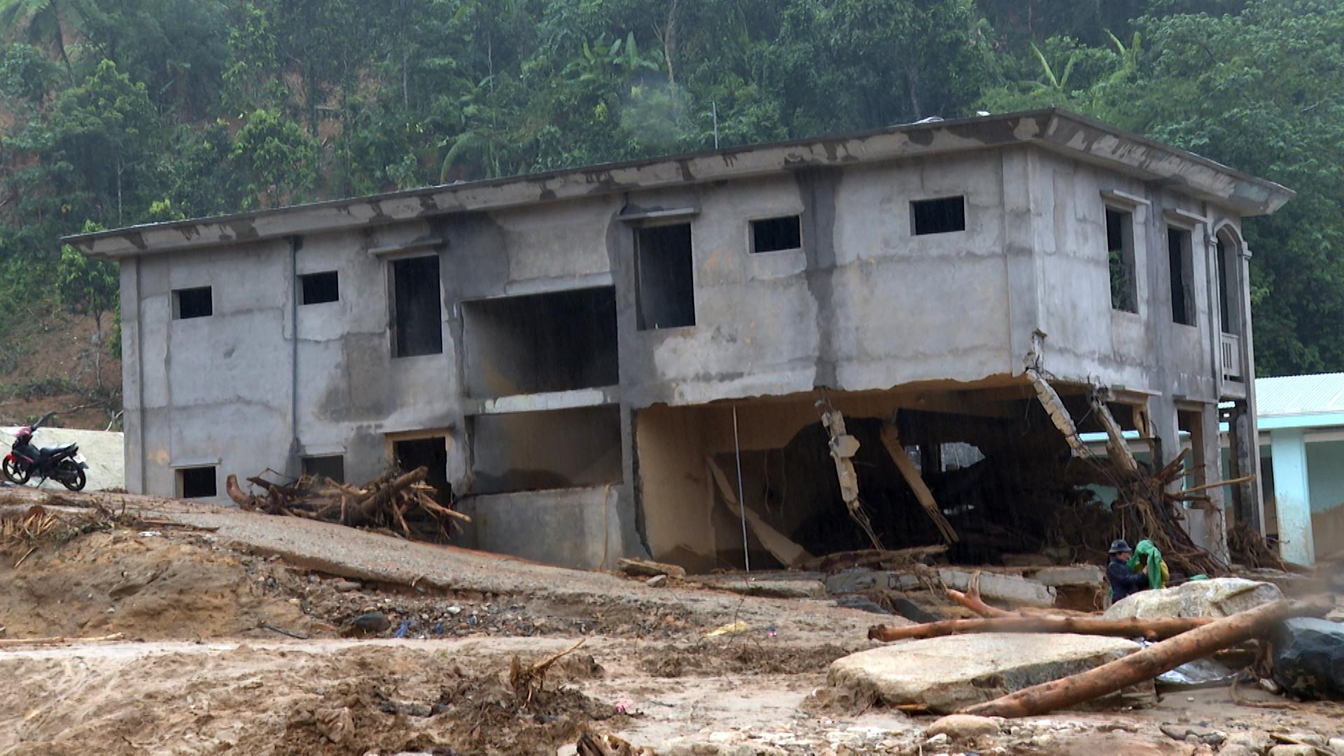 Trường học bị hư hỏng do bão số 9 gây ra. Ảnh: T.S