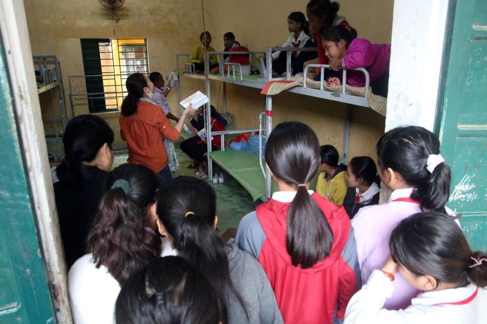 Học sinh Trường THCS liên xã Cà Dy - Tà Bhing nhận sách vở mới. Ảnh: L.T.V