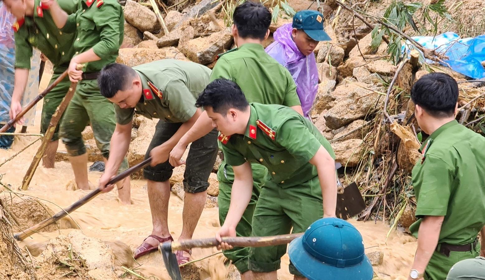 Các cán bộ, chiến sĩ Công an huyện Bắc Trà My nỗ lực tìm kiếm nạn nhân mất tích. Ảnh: CT