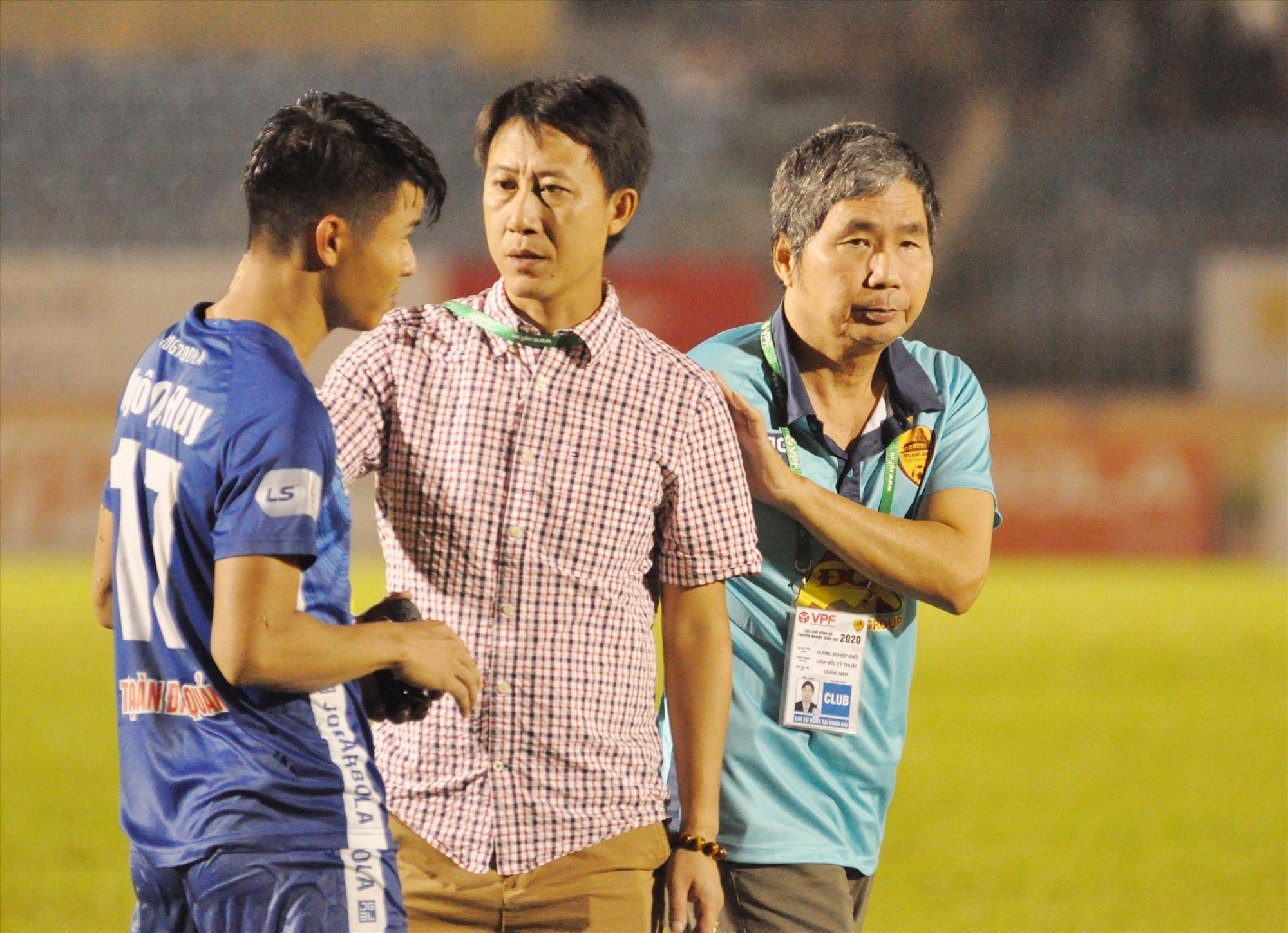 HLV Nguyễn Thành Công và Giám đốc điều hành Dương Nghiệp Khôi (phải) cùng màu áo Quảng Nam. Ảnh: A.S