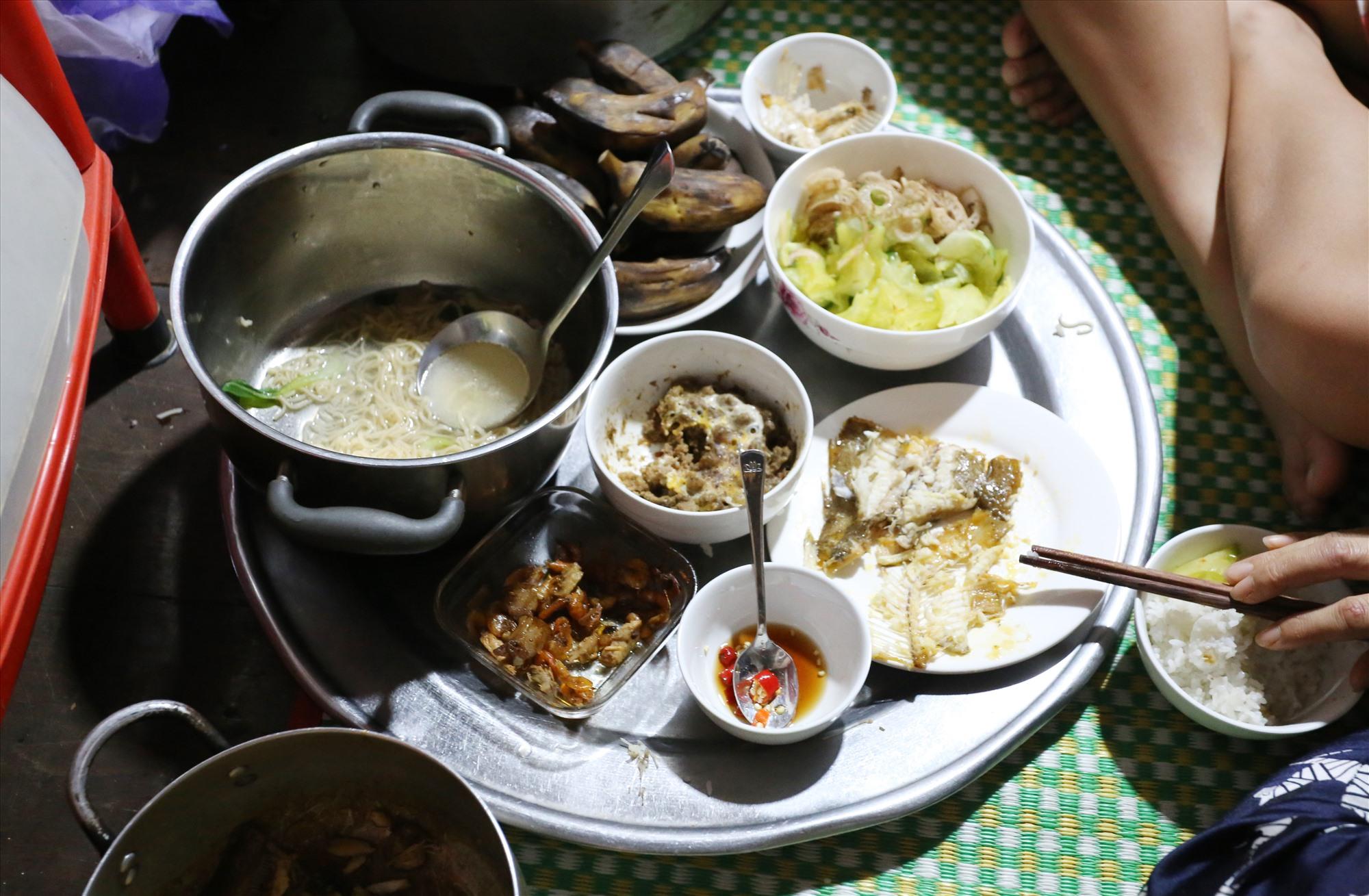 Bữa ăn ngày lũ của gia đình anh Tiến có đẩy đủ, gồm cơm và các món ăn như cá, canh, thịt kho và rau xào.
