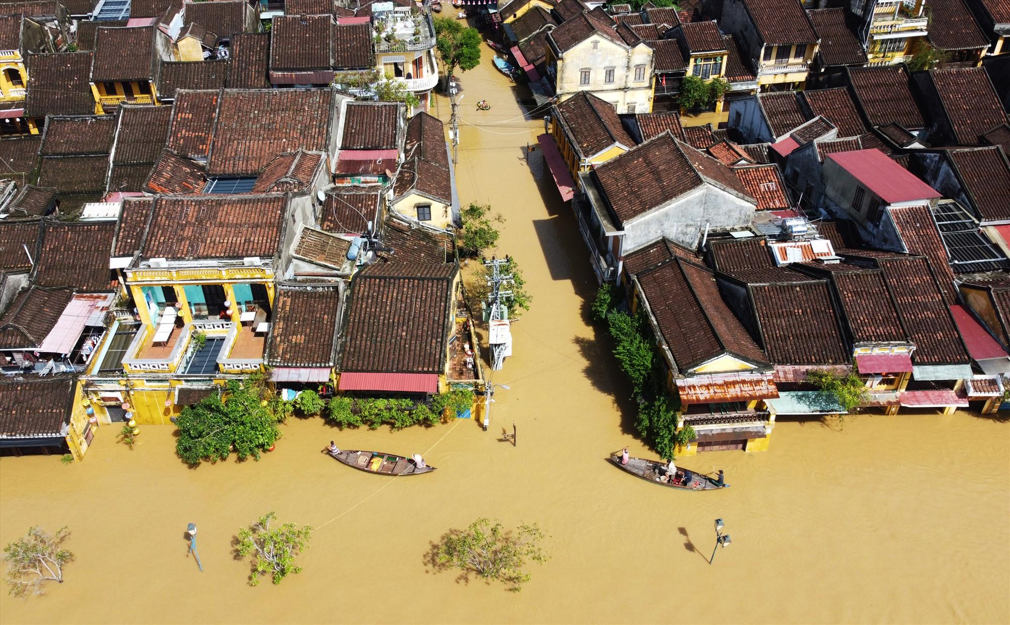 Mặc dù nước lũ đang rút những tuyến phố gần sông Hoài như Bạch Đằng, Nguyễn Phúc Chu,… ngập hơn 1m khiến nhiều ngôi nhà, quán hàng bị nước tràn vào nhà.